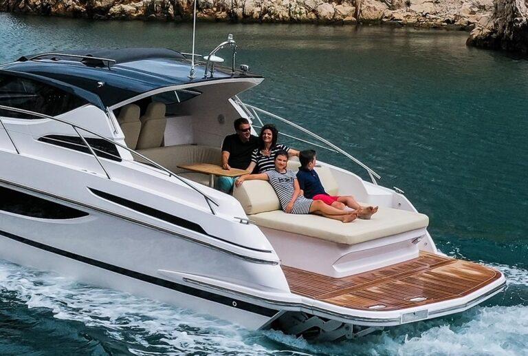 family enjoying sea on speed bpat